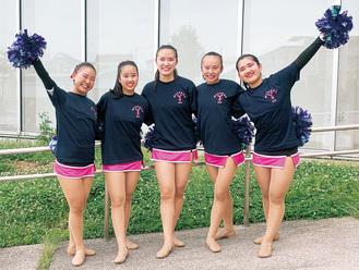 関東大会の演技を終え笑顔を見せる青陵高校チアダンス部(左から大川さん、秋元さん、卓島さん、小島さん、市川さん)