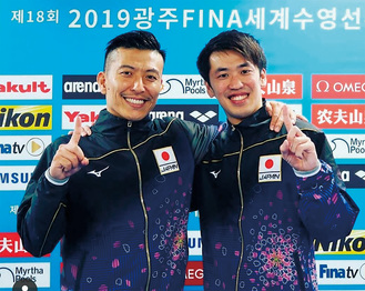 笑顔でポーズを決める坂井選手(右)と寺内選手=ミキハウス提供