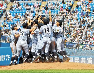 優勝を決め、マウンド上で喜びを爆発させる東海大相模ナイン =7月28日横浜スタジアム