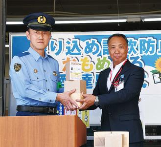 片山署長(左)からかもめーるを受け取る森田局長