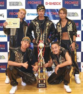 世界大会で前人未到の3連覇を達成したREGSTYLE。後列中央が前田航也さん          =提供写真