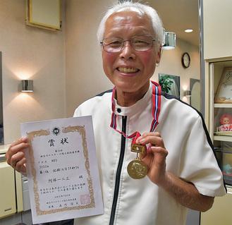 金メダルと表彰状を披露してくれた阿部さん
