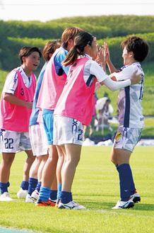 逆転ゴールを決め、チームメイトと喜ぶ佐々木(右端)=提供写真