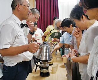 コーヒーを淹れる宮田さん(左端)