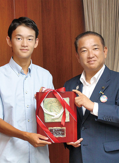 「称讃の楯」を手にする白井空良さん(左)と本村賢太郎市長=9月11日