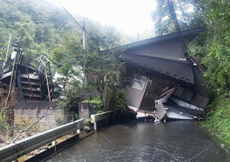 土砂崩れで被害に遭った建物=14日、緑区川尻