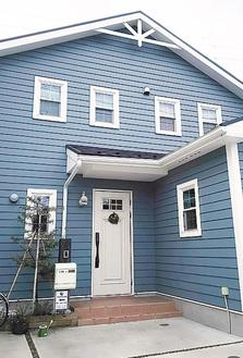 青い外壁が目印