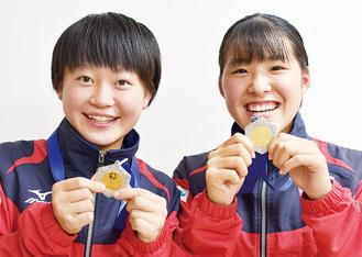 大会の優勝メダルを手に笑顔の西郡選手(左)、根府選手