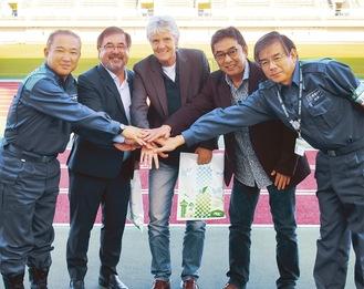 本村市長(左)と笑顔で手をつなぐピア監督(中央)ら=11月1日 相模原ギオンスタジアム