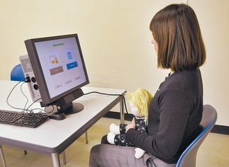 保護者の膝の上に座らせた状態で映像を流し、測定する視線計測装置