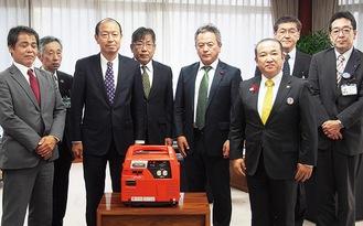 寄贈された発電機を囲む齋藤支部長(左から3人目)らLPガス協の協会員と本村市長、相模原市社会福祉協議会職員