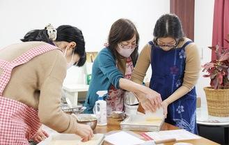 資格取得や、クリスマスケーキなどをつくる季節の特別講習も