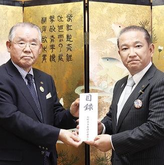 本村市長に目録を渡す坂本会長(左)