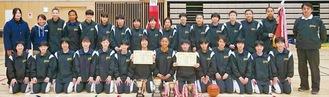 優勝後、笑顔を見せるメンバーたち=学校提供