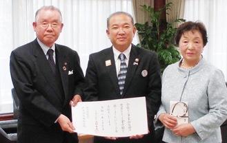 伝達式後に写真に納まる(左から)坂本理事長、本村市長、紀美子さん