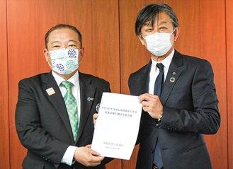 本村市長に要望書を手渡す杉岡会頭(右)