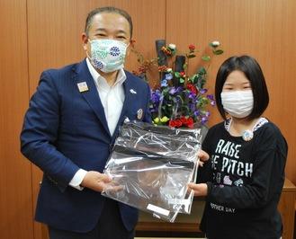 本村市長に手作りのフェイスシールドを手渡す嘉手納杏果さん(右)
