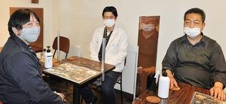 シールドを開発、設置した(左から)柴田さん、八木さん、虎石さん