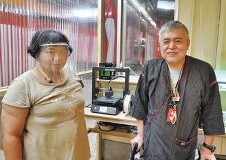 フェイスシールド制作に励む照山さん(左)と齊藤建志室長