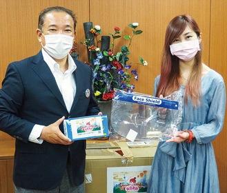 本村市長に感染症対策物品を渡す大岡さん(右)