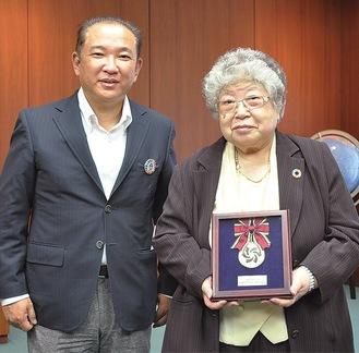 表彰のメダルを本村賢太郎市長から受け取る座間千代子さん