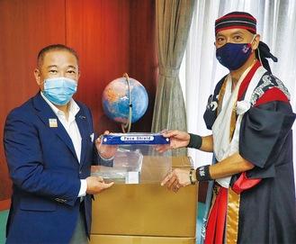 本村市長にフェイスシールドを手渡す佐東代表(右)