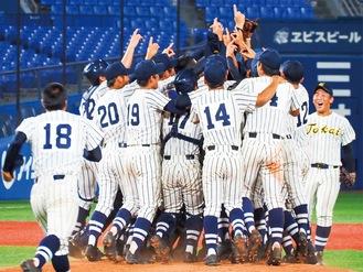 優勝を決め喜びを爆発させる選手たち =8月23日横浜スタジアム