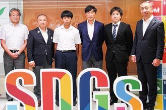 本村市長(左から2番目)に開催への思いや意気込みを報告した弥栄中3年の佐藤さん(同3番目)、SC相模原の望月会長(同4番目)ら=9日