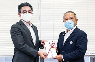 本村市長に寄付金を手渡す川崎議長(左)
