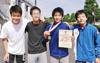 優勝した小野選手(右から2人目)と駅伝に出場する3年生男子メンバー
