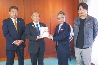 左から根津副理事長、本村市長、大場理事長、中山専務理事