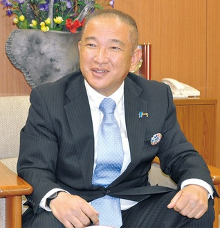 にこやかに取材に答える本村賢太郎市長