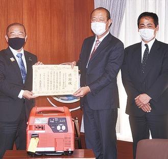 本村市長(左)に発電機を贈った齋藤支部長と篠崎副支部長=昨年12月24日
