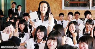 冨永さん(中央)は、ジョイセフの活動として、日本の学生に講演(授業)なども行っている。ジョイセフは、女性のいのちと健康を守るために活動している日本生まれの国際協力NGO