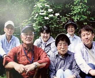カザグルマの開花を喜ぶメンバー