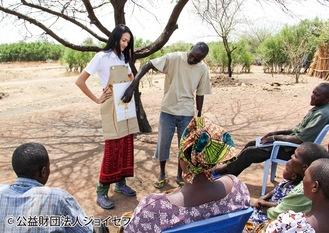 ジョイセフの視察で発展途上国の村人に家族計画の重要性を伝える冨永さん