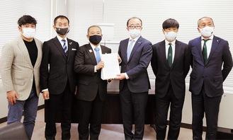 (左から)石井代表理事、深井代表、本村市長、石井GM、望月会長、小西社長