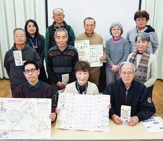 完成したマップを見せるプロジェクトメンバー。前列中央が稲毛館長、右隣が島田実行委員長