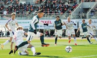 ゴール前でチャンスを作るFW和田