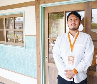 相武台団地商店街に開所した「おとなり」と管理者の能勢さん。内装は相模原産木材などを使用し、先進国の研究を参考にデザインされている
