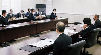本村市長(右端)と意見交換を行う坂倉会長(左から5番目)=13日