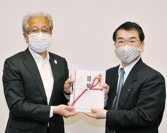 小泉代表理事組合長(左)と井關病院長  =JA相模原市提供