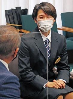 本村市長へ代表決定を報告する小堀さん。この日は「称賛の楯」の贈呈も=4月27日
