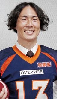 会見後、ユニフォームに袖を通す石川選手=11日・写真はライズ提供