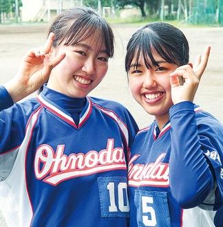 2人きりでもソフトボール部を守ってきた星野遥奈さん(左)と中村美心さん(右)