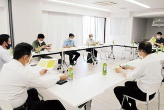 フォトスポットのデザインについて話し合う実行委員会のメンバー