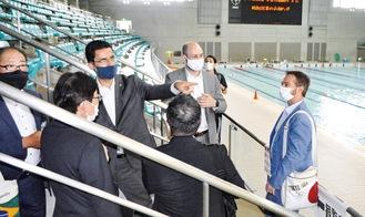 グリーンプールを視察するブラジル大使館関係者と市職員