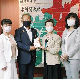 本村市長(左から2番目)へ目録を渡す同団体メンバー=6月8日