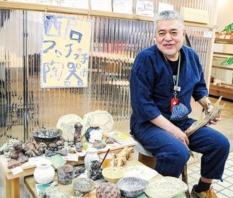 西門プチプチ陶器市の横で笑顔の齊藤室長