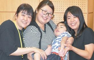 会のメンバーの加部和恵さん(35)の次男で医ケア児である大智くん(4)を笑顔で囲む渡辺さん(左)と廣井さん=9日撮影